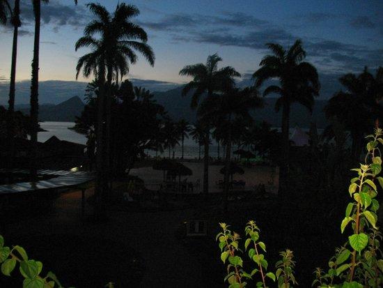 Vila Galé Eco Resort de Angra: VISTA DA JANELA DO APARTAMENTO AO ANOITECER....