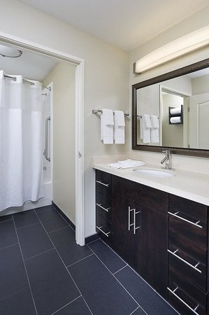 Staybridge Suites Montgomeryville: Guest Bathroom