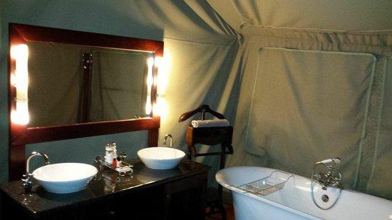 Buffelsdrift Game Lodge: Bathroom in tent