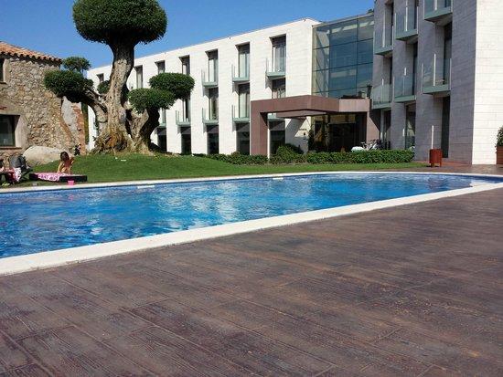 Hotel Can Galvany: piscina y entrada