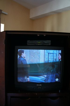 Hotel des Arts : last century TV with not working remote