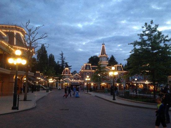 Disney's Hotel Santa Fe: Strada illuminata