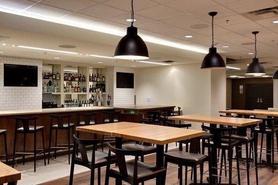 Holiday Inn & Suites Atlanta Airport - North: The Hub At Holiday Inn Bar