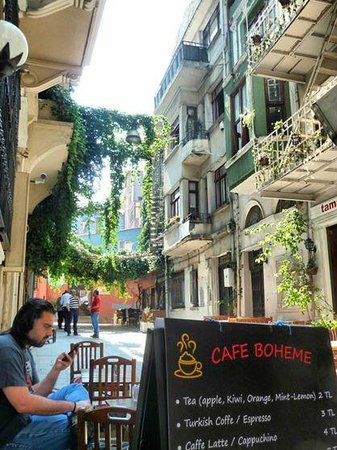 Chambers Of The Boheme: Entrada del hostal