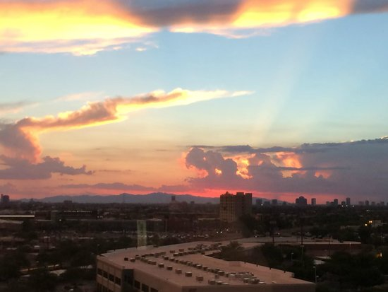 Crowne Plaza Phoenix Airport: Sunset from Our Room