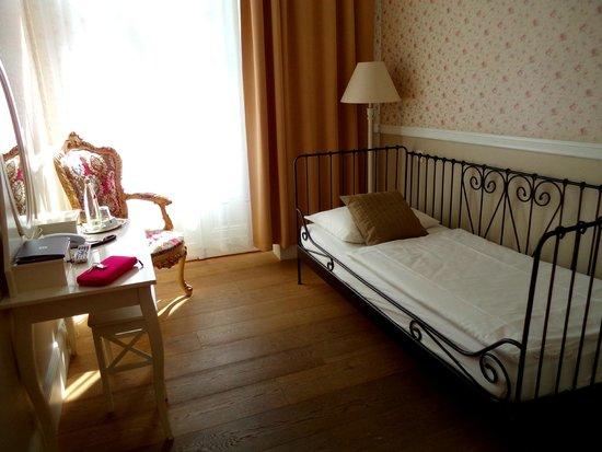 Hotel 38: Room