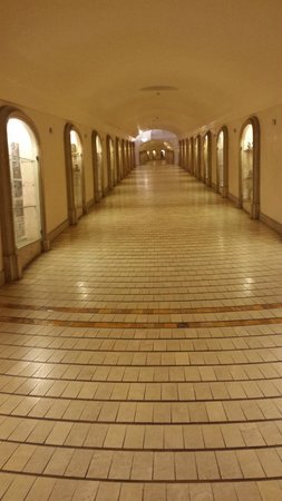 Conca Park Hotel: The clean and well lit tunnel leading up to the hotel.
