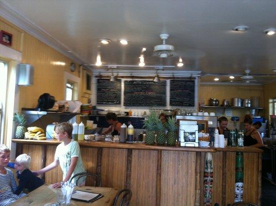 Cafe des Amis: Der Gastraum mit Bar