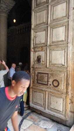 Church of the Holy Sepulchre: массивная дверь Храма Гроба Господня