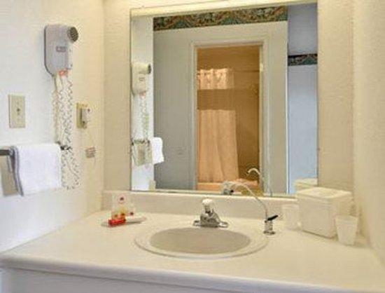 Travelodge Salinas: Bathroom