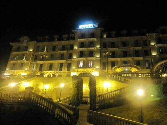 Le Palace de Menthon: The hotel's view by night