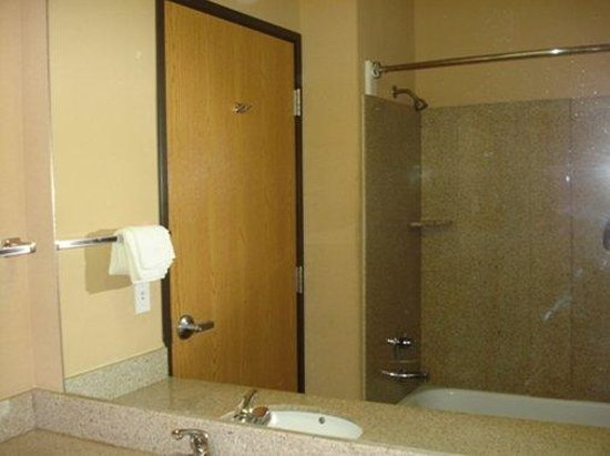 Quality Inn: Guest Tub Shower All Rooms
