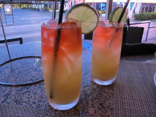 Wolfgang Puck Bar & Grill - LA Live : Nossas bebidas: Pineapple Cooler.