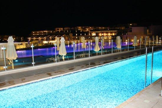 Puravida Resort Blue Lagoon: ..und Swim-In-Zimmer bei Nacht ;-)