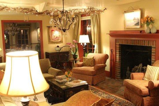 1795 Acorn Inn Bed and Breakfast : The lovely living room.