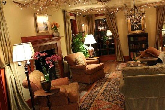 1795 Acorn Inn Bed and Breakfast: Living Room.