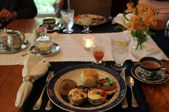 1795 Acorn Inn Bed and Breakfast: Magnificent breakfast and beautiful table setting.