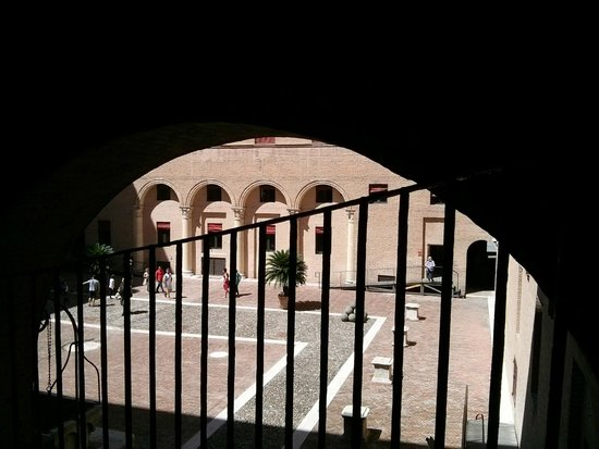 Castello Estense: inner yard from the stairs