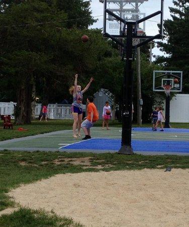 Peters Pond RV Resort: basketball court