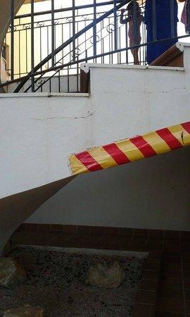 Yellow Alvor Garden: escadas de acesso ao 1 piso