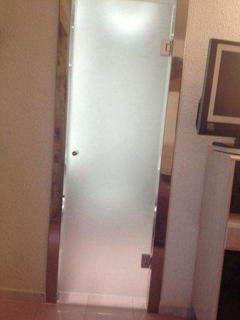 Servigroup Venus: La puerta del baño deberían cambiarla ya que no hay apenas intimidad