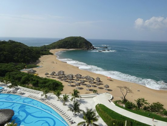 Secrets Huatulco Resort & Spa : View of beach from Sky Bar