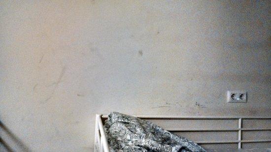 360 Hostel Barcelona: Dirty Walls