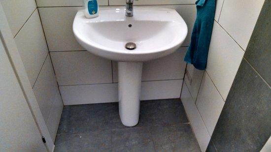 360 Hostel Barcelona: Toilet Sink