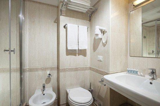 Kennedy Hotel: Bathroom