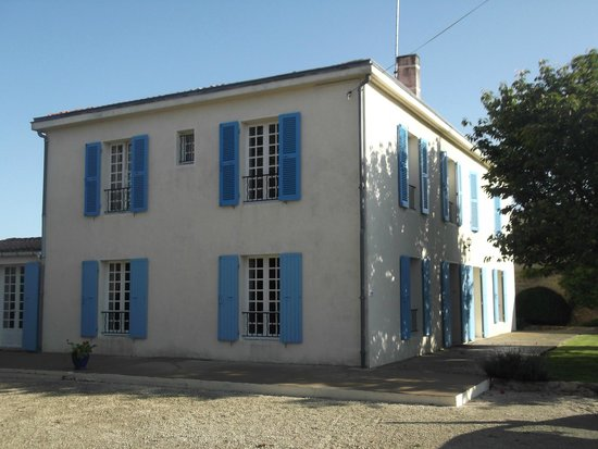 Le Logis des Oiseaux : A classic french Building with secure parking in walled grounds.