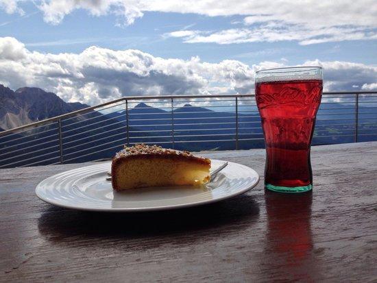 Rifugio Fronza alle Coronelle: Che c'è di meglio che gustarsi una squisita fetta di torta davanti a un bel panorama��