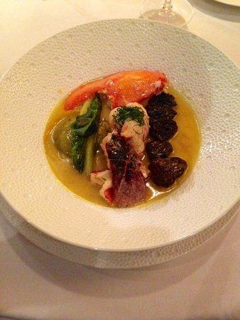 Restaurant Georges Blanc: homard au vin jaune, raviole à l'oseille, morilles et pointes d'asperges