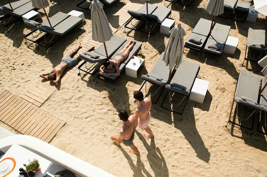 Avli Tou Thodori: Sunbeds on the Beach