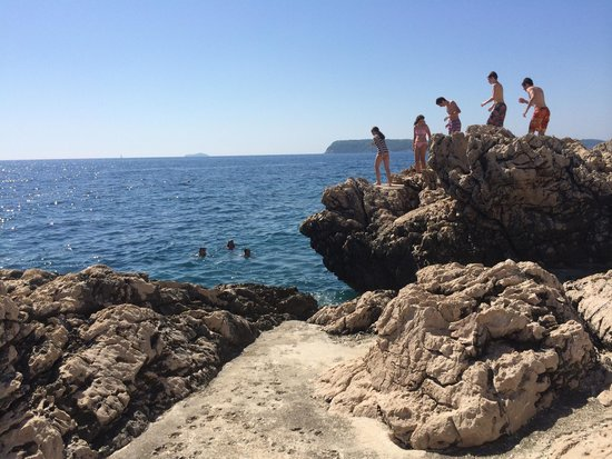 Ariston Hotel: People jumping into the sea from rocks