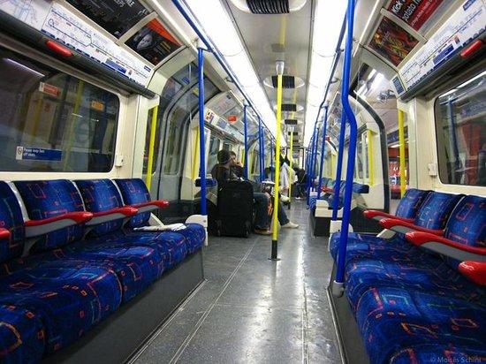 London Underground: Visão internta de vagão fora do horário de pico
