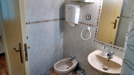 Hostal Santillan: Hallway Restroom