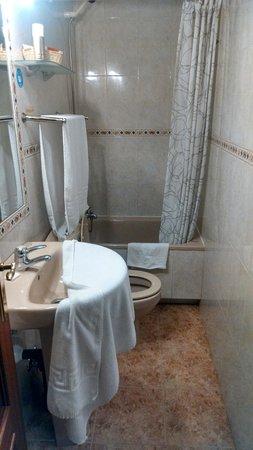 Hostal Santillan: Room Shower