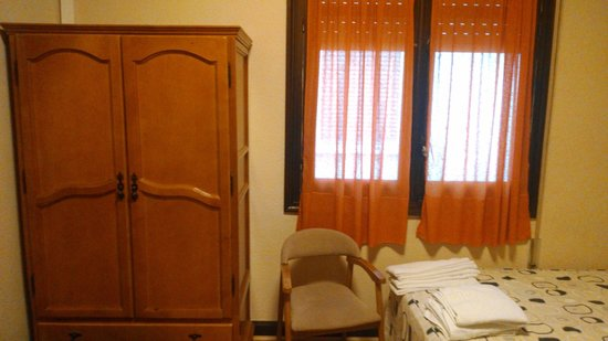 Hostal Santillan: Room with cabinet
