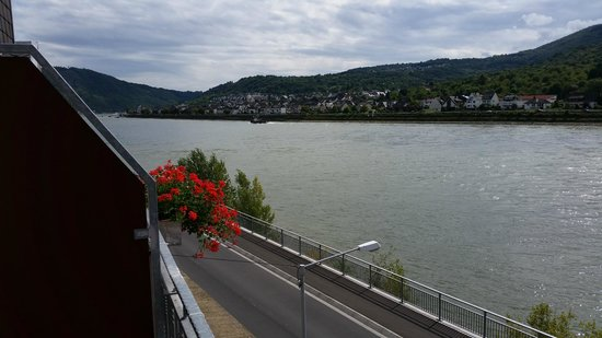 Hotel Rheinpracht: Great view, you could practically dive into the Rhine from the balcony