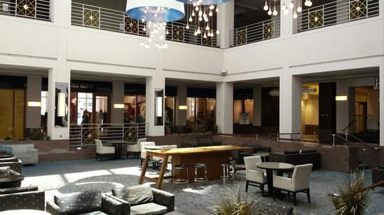 Hyatt Regency Albuquerque: Lounge area in the lobby