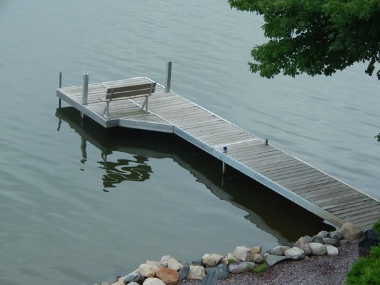 Cliffside Resort & Suites: A bench on the resort's pier. Peaceful.