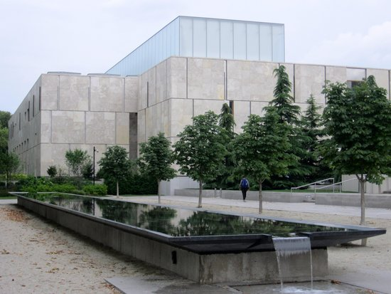 The Barnes Foundation: The Barnes as seen from side street