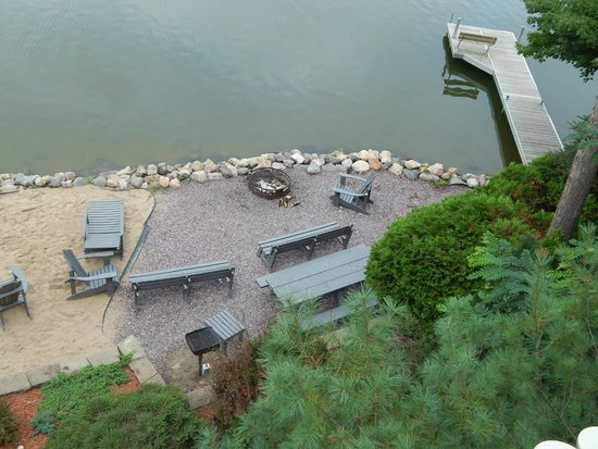 Cliffside Resort & Suites: Fire Pit area of the resort, right next to the lake!