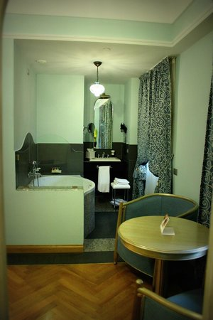 Grand Hotel Savoia: Vue de la chambre sur salle de bain