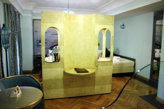 Grand Hotel Savoia: Vue de la salle de bain sur la chambre