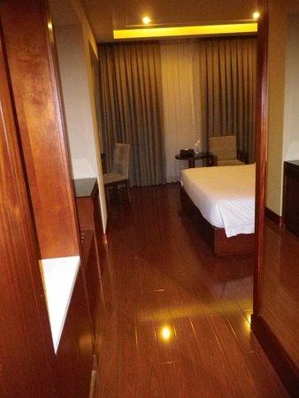 Nhat Ha3: Blick von der Eingangstüre ins Zimmer.