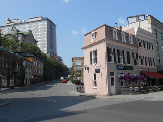 L'Hôtel Belley: Le bâtiment orange à gauche de la voiture rouge