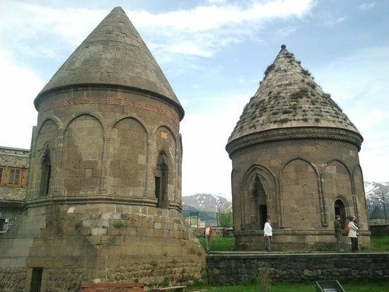Three Tombs : Üç kümbetler...