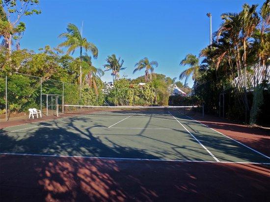 Kelly's Beach Resort: tennis court