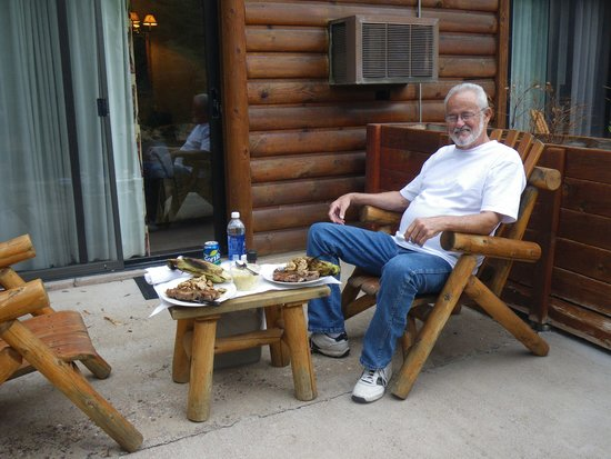 Kohl's Ranch Lodge: Anniversary dinner on the patio--BBQs provided too!